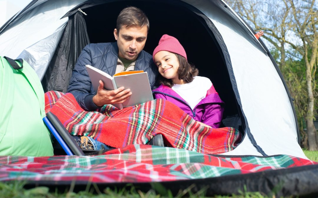 Camper en bivouac avec son enfant : peut-il utiliser un couteau de poche ?
